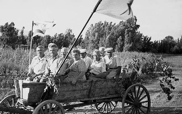 חגיגות 1 במאי בעמק הירדן בשנות ה-40, אוסף נפתלי אופנהיים (צילום: Courtesy Bitmuna)