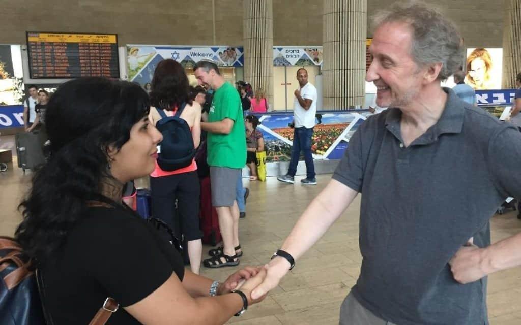 דיוויד הורוויץ פוגש את נדא אמין בנמל התעופה בן גוריון (צילום: Times of Israel)