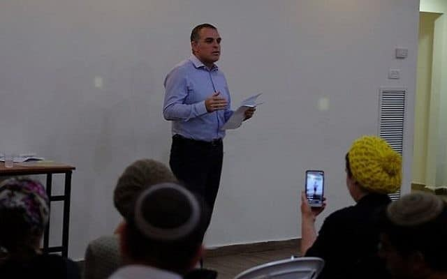 """עודד רביבי נואם בכנס הלהט""""ב באפרת (צילום: ג'ייקוב מגיד)"""