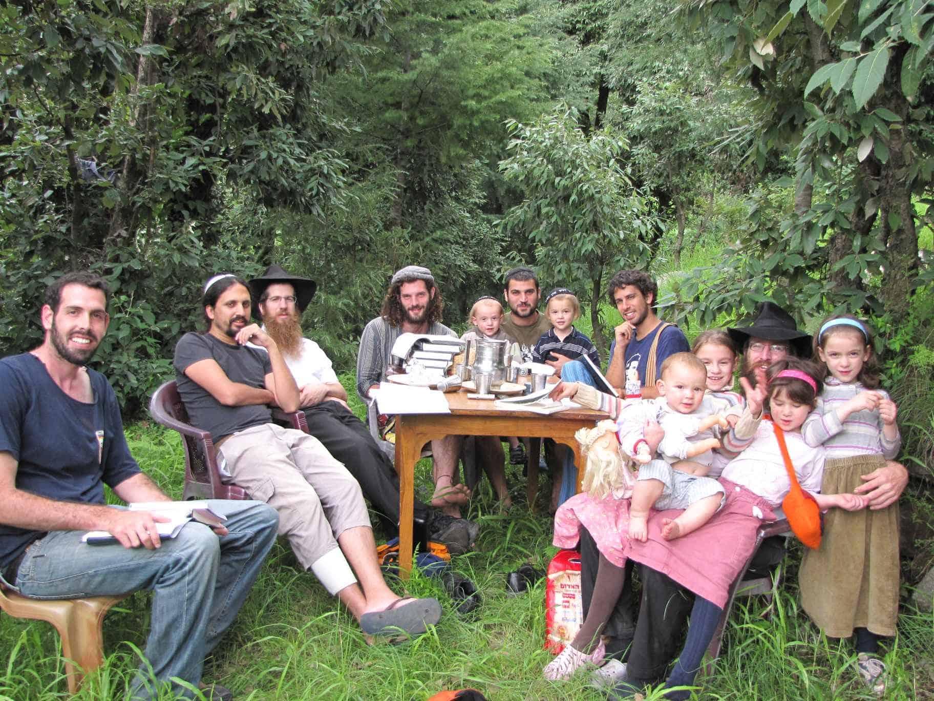דרור שאול ותיירים ישראלים בהודו (צילום: Courtesy)