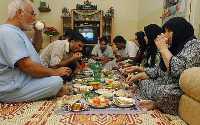 משפחה עיראקית חוגגת את הרמדאן (צילום: AP Photo/Nabil al-Jurani)