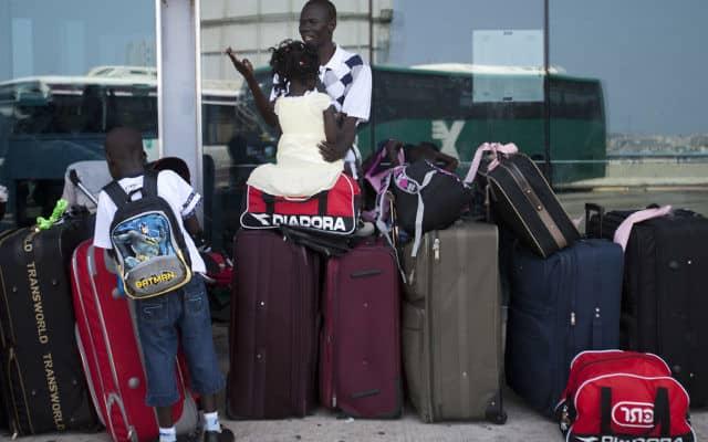פליטים מסודאן מגורשים בחזרה לארצם, 2012 (צילום: AP Photo/Ariel Schalit)