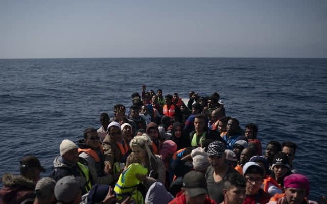 פליטים מאפריקה – חלקם מאריתריאה – בדרכם לחפש מקלט באירופה (צילום: AP Photo/Felipe Dana)