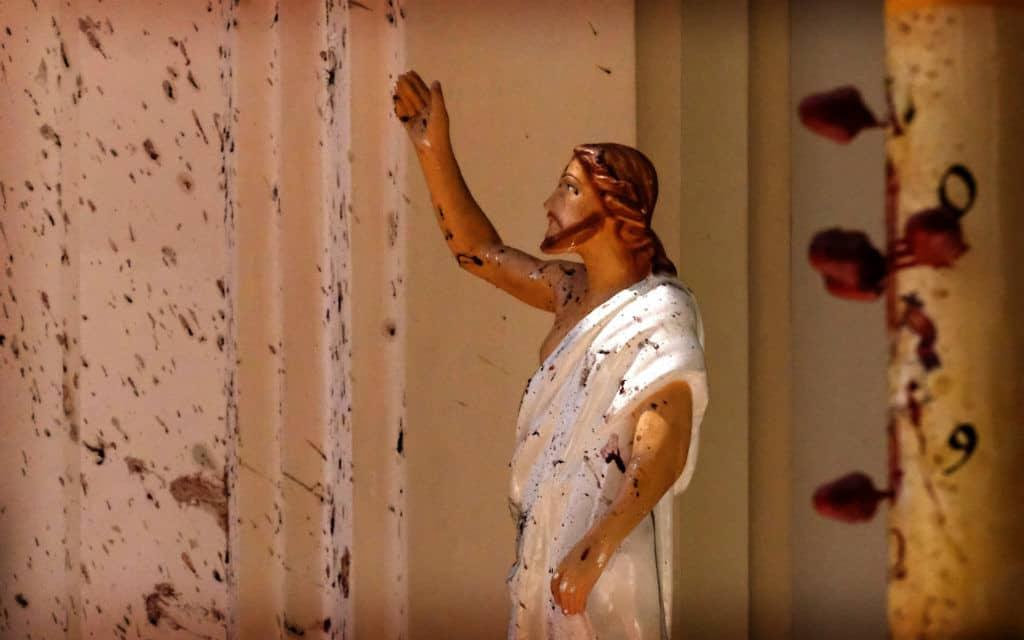 ישו גאול בדם בכנסיית סנט סבסטיאן לאחר מתקפת הטרור, קולמבו, סרי לנקה (צילום: AP)