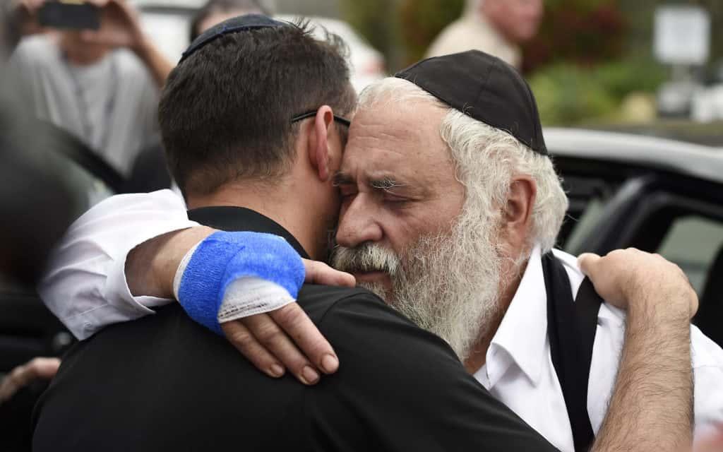 הרב ישראל גולדשטיין, לאחר הפיגוע בבית הכנסת בסן דייגו (צילום: AP)