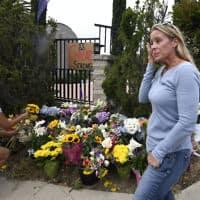מחוץ לבית הכנסת בסן דייגו, בו היה הפיגוע (צילום: AP)