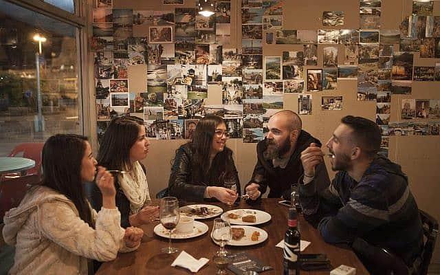 אחמד, מה עם החומוס? פסטיבל אוכל ערבי-ישראלי בחיפה (צילום: AP Photo/Dan Balilty)