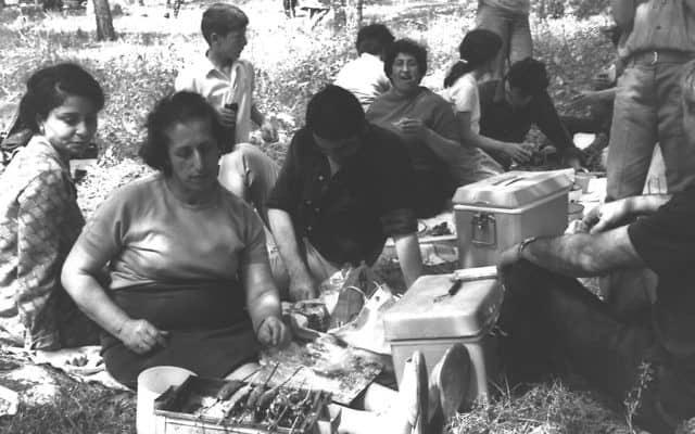 """מנגל בהרי יהודה, 1969 (צילום: פריץ כהן/לע""""מ)"""