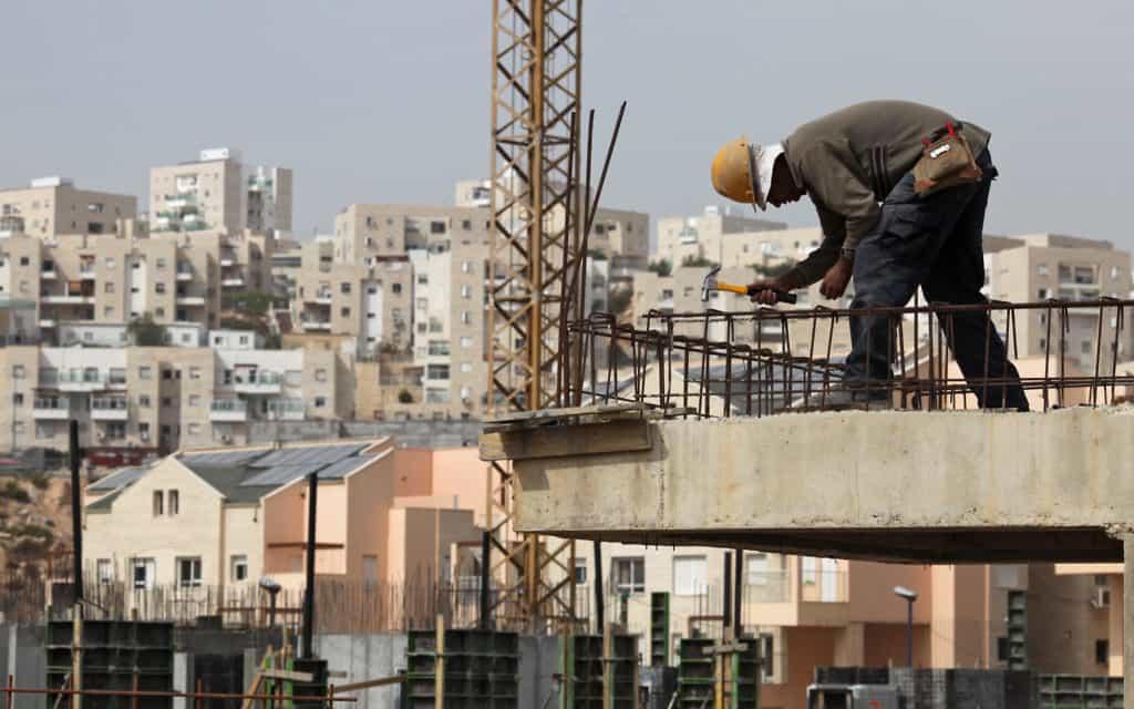 פועל בניין.  17% מהשכירים הערבים בשוק העבודה הישראלי מועסקים בתחום הבינוי (צילום: נתי שוחט. פלאש 90)