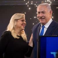 נתניהו ואשתו בליל הבחירות בתל אביב (צילום: יונתן סינדל / פלאש 90)