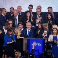 נתניהו וחברי הכנסת של הליכוד חוגגים בליל הבחירות (צילום: יונתן סינדל / פלאש 90)