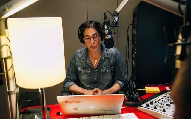 העיתונאית והפודקאסטרית שרה קוניג (צילום: סנדי הוניג))