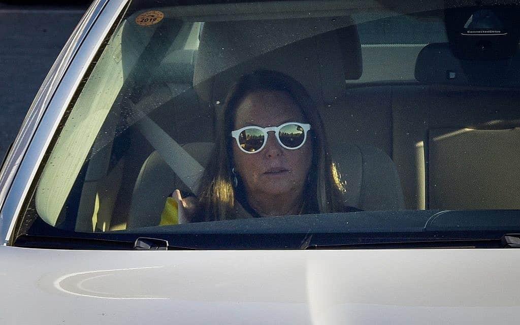 שרי אריסון יוצאת מחקירה בלהב 433 בלוד באוגוסט 2018 (צילום: פלאש 90)