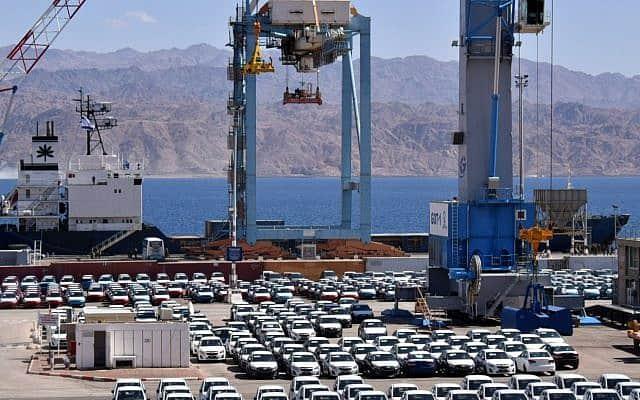 מכוניות בנמל אילת. חגיגת צריכה על בסיס הלוואות שנלקחו בבנק (צילום: יהודה בן איטח)