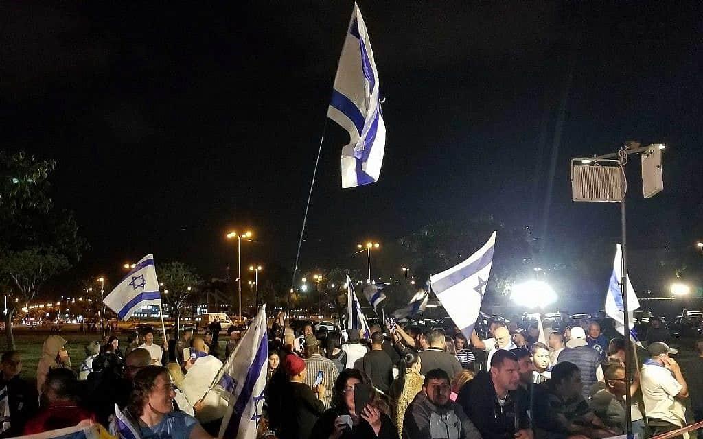 מפגינים מחוץ לטקס יום הזיכרון המשותף בפארק הירקון, 7 במאי 2019 (צילום: Adam Rasgon/Times of Israel)