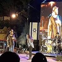 נתן גושן מתנצל בפני נערה שהתבקשה לרדת מהבמה בהופעת יום העצמאות ברמת גן (צילום: איריס גרצמן / פייסבוק)