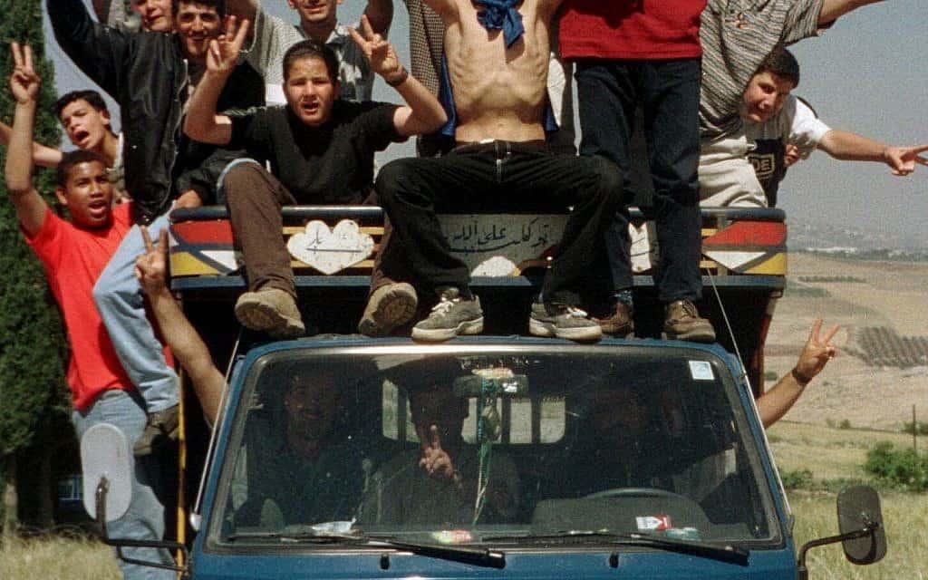 חגיגות בלבנון בעקבות נסיגת ישראל, 2000 (צילום: AP Photo/Bilal Kashmar)