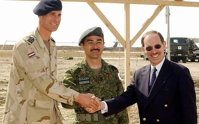 דב זקהיים פוגש כוחות בינלאומיים בעיראק, 2004 (צילום: AP Photo/Pool)