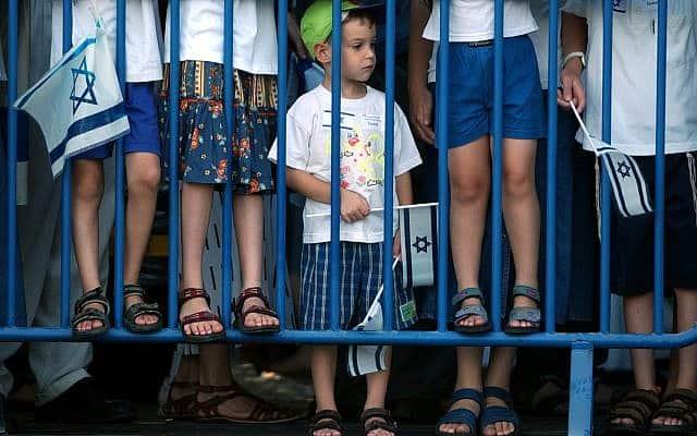 """ילדים ישראלים מקבלים את פניהם של עולים חדשים מארה""""ב, 2004 (צילום: AP Photo/Ariel Schalit)"""