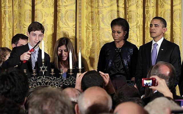 ברק ומישל אובמה חוגגים את חנוכה בבית הלבן (צילום: AP Photo/J. Scott Applewhite)