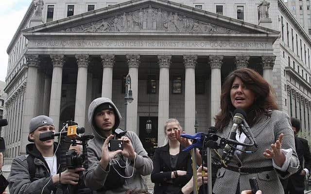 נעמי וולף במסיבת עיתונאים ליד בית המשפט העליון בארה״ב, ב-2012 (צילום: AP Photo/Mary Altaffer)