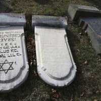 """השחתת מצבות בבית קברות יהודי בארה""""ב (צילום: Jacqueline Larma, AP)"""