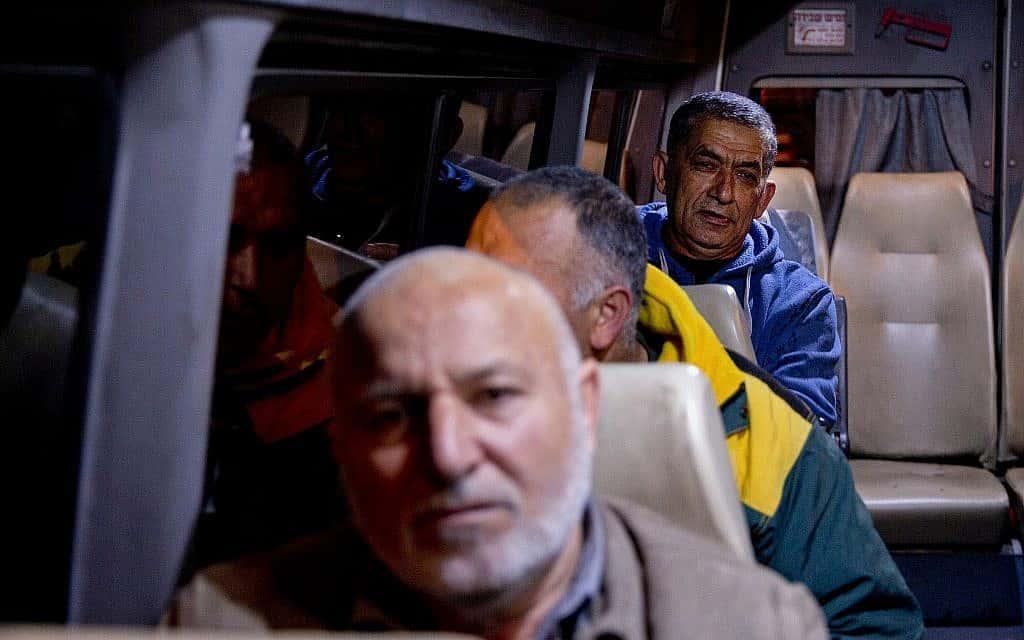 עובדים פלסטינים בדרכם לישראל, 2017 (צילום: AP Photo/Majdi Mohammed)