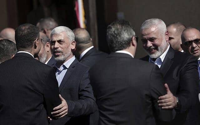 יחיא סינואר ואיסמעיל הנייה מקבלים את פני המשלחת המצרית בעזה (צילום: AP Photo/ Khalil Hamra)