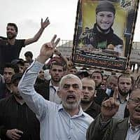 מנהיג חמאס יחיא סינואר מוקף במפגינים על גבול רצועת עזה, ב-20 באפריל 2019 (צילום: AP Photo/ Khalil Hamra)