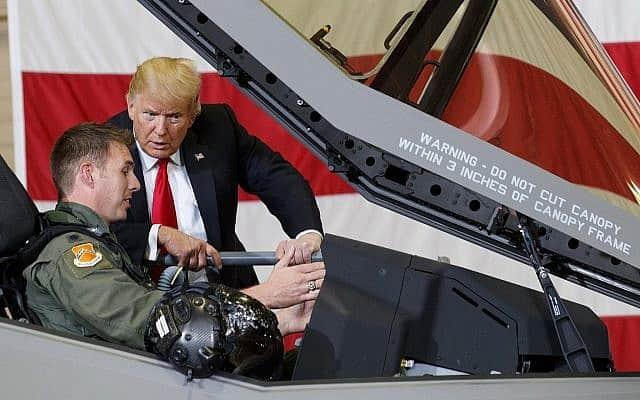 נשיא ארה״ב דונלד טראמפ משוחח עם טיס F-35 בבסיס חיל האוויר לוק באריזונה (צילום: AP Photo/Carolyn Kaster)