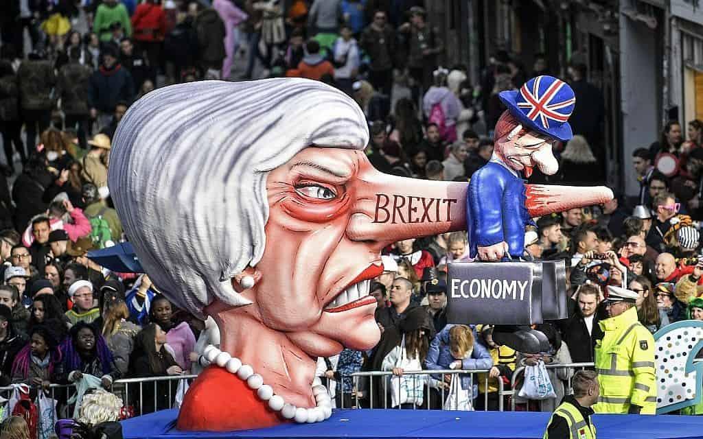 בובת קרנבל נגד תריזה מיי והברקזיט (צילום: AP Photo/Martin Meissner)
