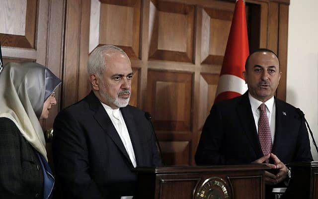 שר החוץ הטורקי מבלוט צ'בוטולו (מימין) עם שר החוץ האיראני מוחמד זריף (צילום: AP Photo/Burhan Ozbilici)