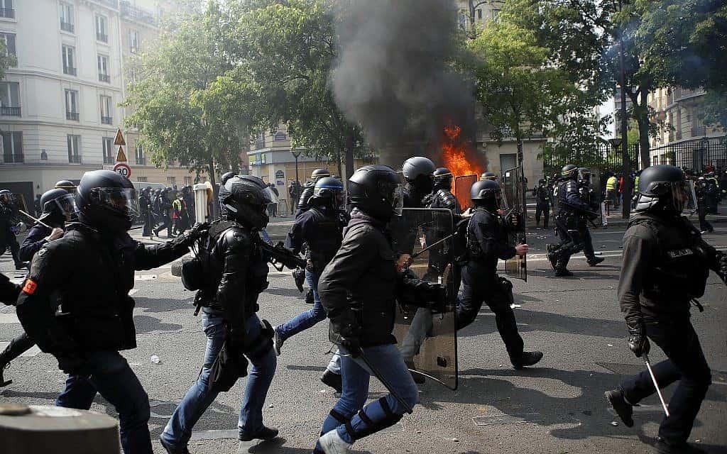 עימותים בצרפת בין מפגינים למשטרה במהלך תהלוכות אחד במאי (צילום: AP. Francois Mori)