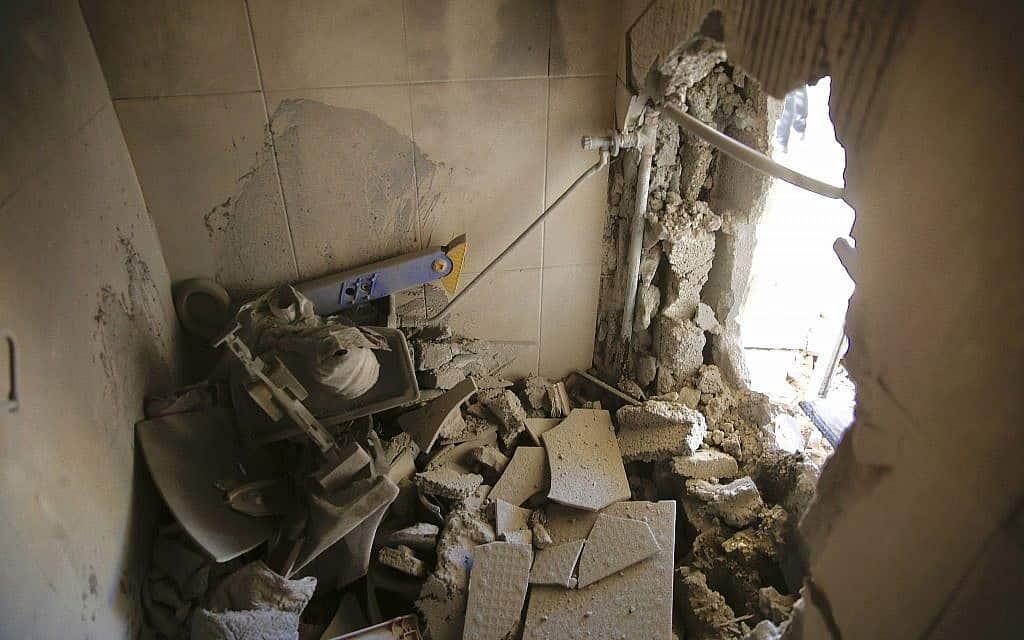 הנזק שנגרם בבית שספג פגיעה ישירה, קרית גת, היום (צילום: אריאל שליט. AP)