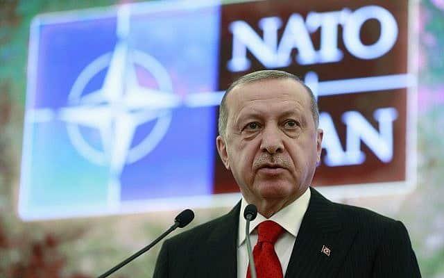 נשיא טורקיה רג'פ טאיפ ארדואן בפגישה עם משלחת נטו בעניין משבר רכישת הטילים הרוסים, ב-6 במאי 2019 (צילום: Presidential Press Service via AP)