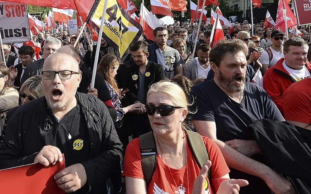 הפגנה בפולין נגד הלחץ האמריקני להשבת הרכוש היהודי שנגזל בשואה (צילום: AP. Czarek Sokolowski)