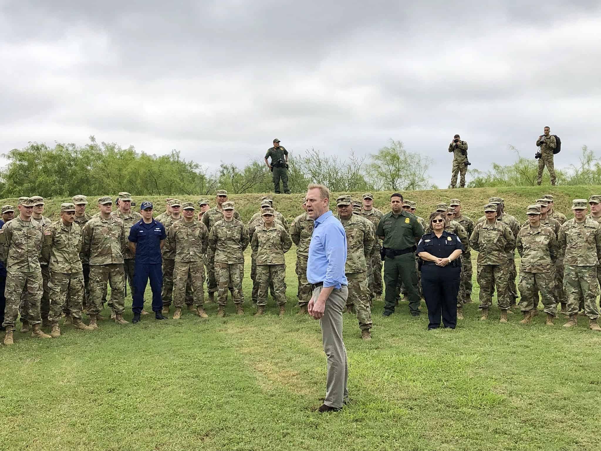 פטריק שנהאן במפגש עם אנשי צבא אמריקאים (צילום: AP Photo/Robert Burns)