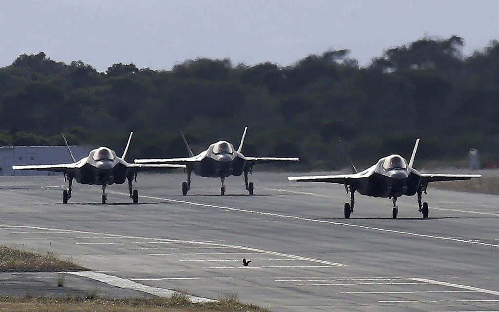 מטוסי F-35 נוחתים בבסיס צבאי ליד לימסול, קפריסין, ב-21 במאי 2019 (צילום: AP Photo/Petros Karadjias)
