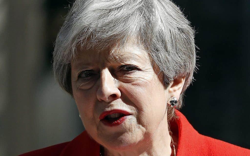 תריזה מיי מחוץ לבית ראש הממשלה בנאום ההתפטרות (צילום: AP Photo/Alastair Grant)