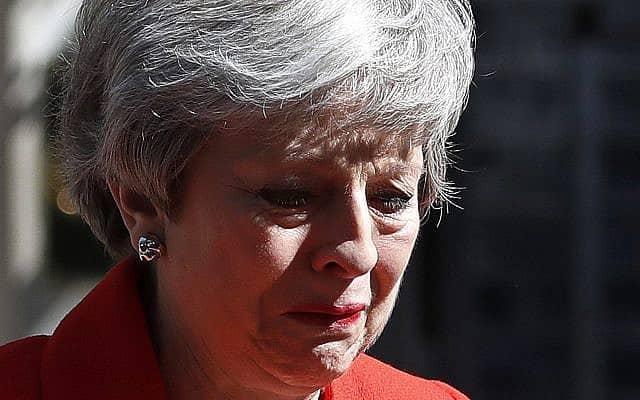 תריזה מיי פורצת בבכי כשהיא מודיעה על התפטרותה (צילום: AP Photo/Alastair Grant)