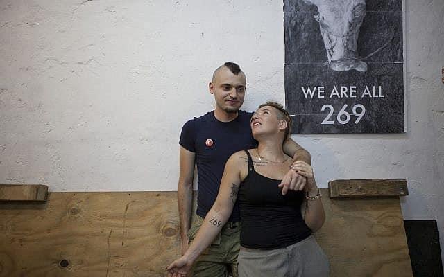 טל גלבוע עם האקטיביסט סשה בוזו׳ר ב-2013 (צילום: AP Photo/Dan Balilty)