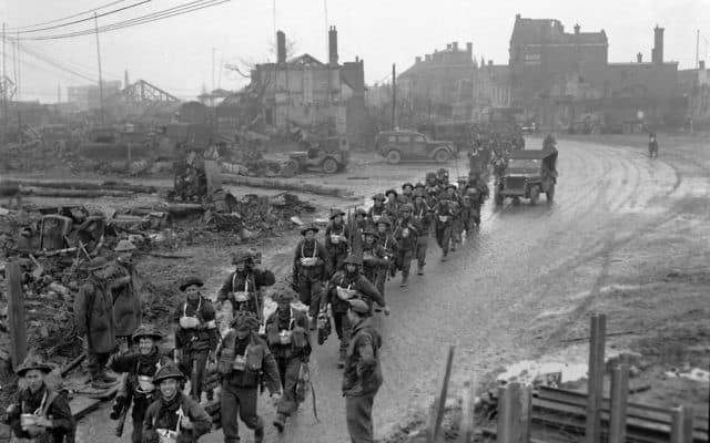 חיילים בריטיים בדרכם להולנד, 1944 (צילום: AP Photo/Eddie Worth)