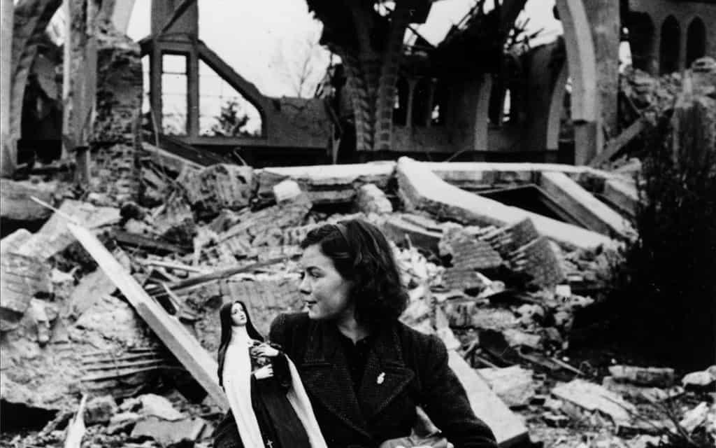 צעירה הולנדית על רקע כנסיה מופצצת, 1944 (צילום: AP Photo)
