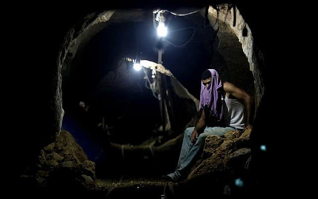 מנהרה פלסטינית בין עזה לרפיח, מצרים, 2014 (צילום: AP Photo/Hatem Moussa)