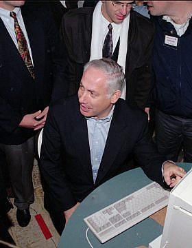 הראשון לזהות! בנימין נתניהו מתדרך עיתונאים על הצבעה ממוחשבת בפריימריז בליכוד, 1996 (צילום: AP Photo/Brian Hendler)