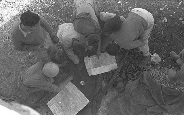 """מפקדים בפלמ""""ח מתכננים מהלכים באמצעות מפות (צילום: לע""""מ)"""