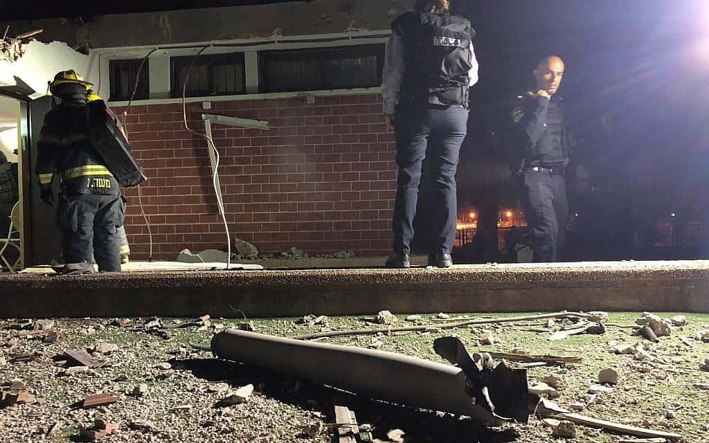זירת נפילת רקטה בקריית גת. הרקטה פגעה במבנה ציבורי בו לא שהו אנשים (צילום: משטרת ישראל)