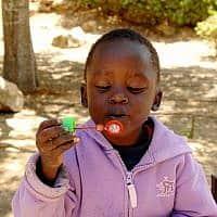 """ילד פליט מדארפור, 2007 (צילום: משה מילנר, לע""""מ)"""