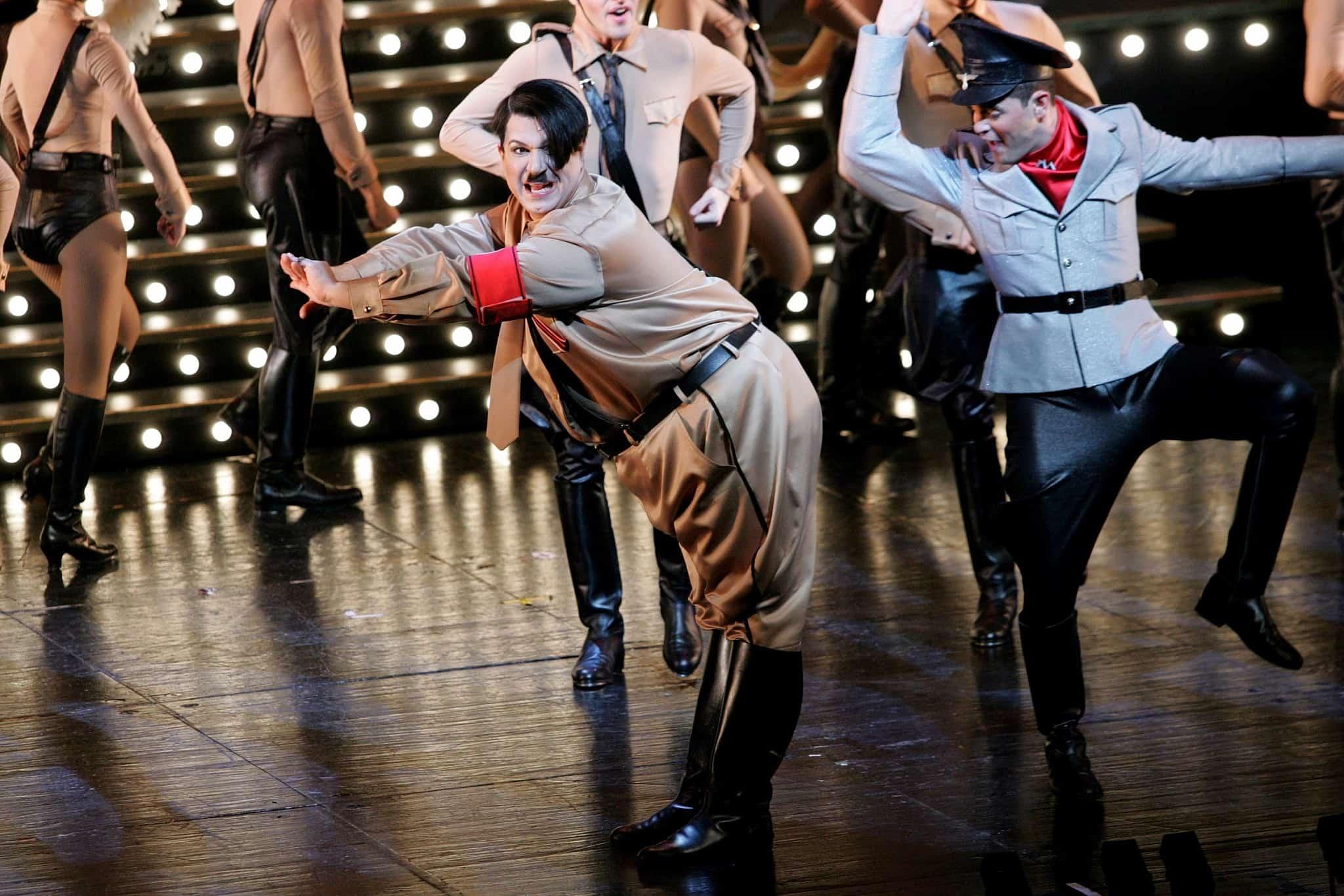 השחקן איציק כהן מגלם את דמותו של היטלר בתיאטרון, 2006 (צילום: Moshe Shai/FLASH90)