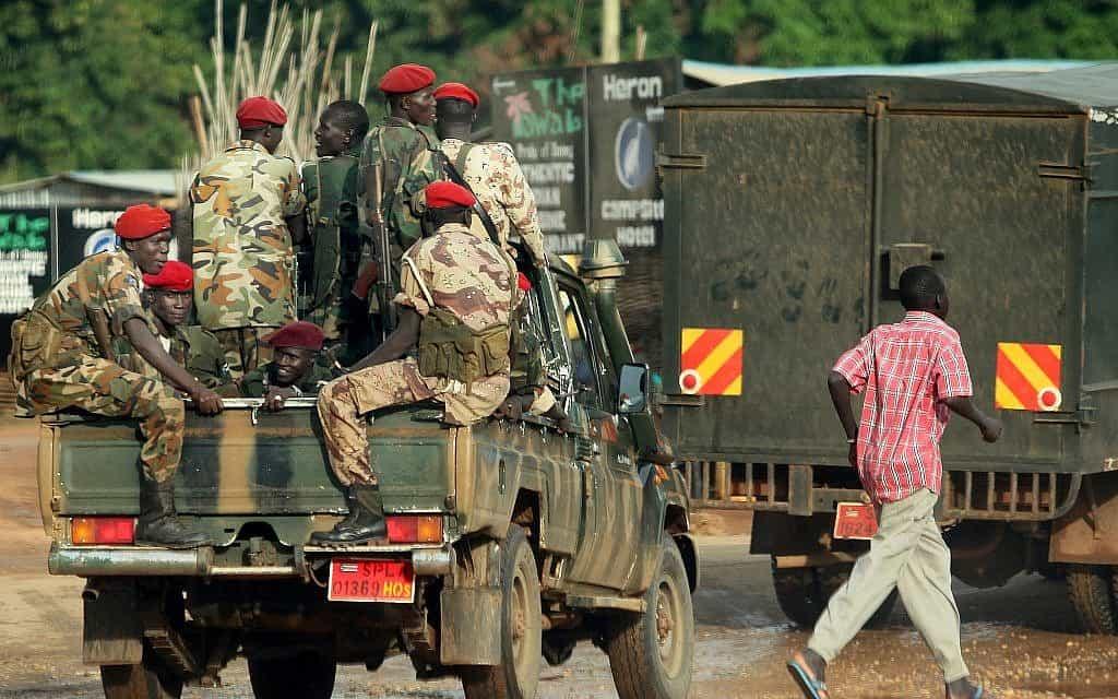 חיילים סודנים מסיירים בג'אבה הבירה (צילום: משה שי/פלאש 90)